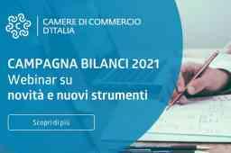 webinar campagna bilanci 2021 - scritta bianca su sfondo azzurro e a destra mano con matita che prende appunti