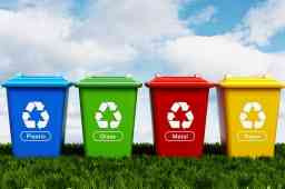 RIFIUTI, IN ARRIVO TRE WEBINAR PER SUPPORTARE LE IMPRESE SUGLI ADEMPIMENTI. 4 cassonetti di rifiuti blu verde rosso e giallo